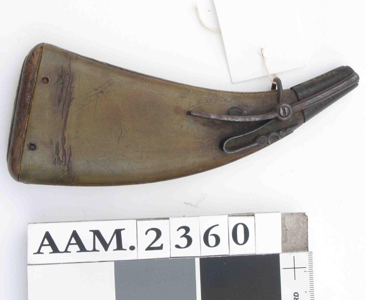 """Flatpresset glatt, grønlig horn  m. enkelt bord av """"pilspiesser"""" langs kanten,  mekanisk lukkeinnretning av jern,  buet trebunn m. ØPS 1769  innsk. Tilst. juni 1961: God."""