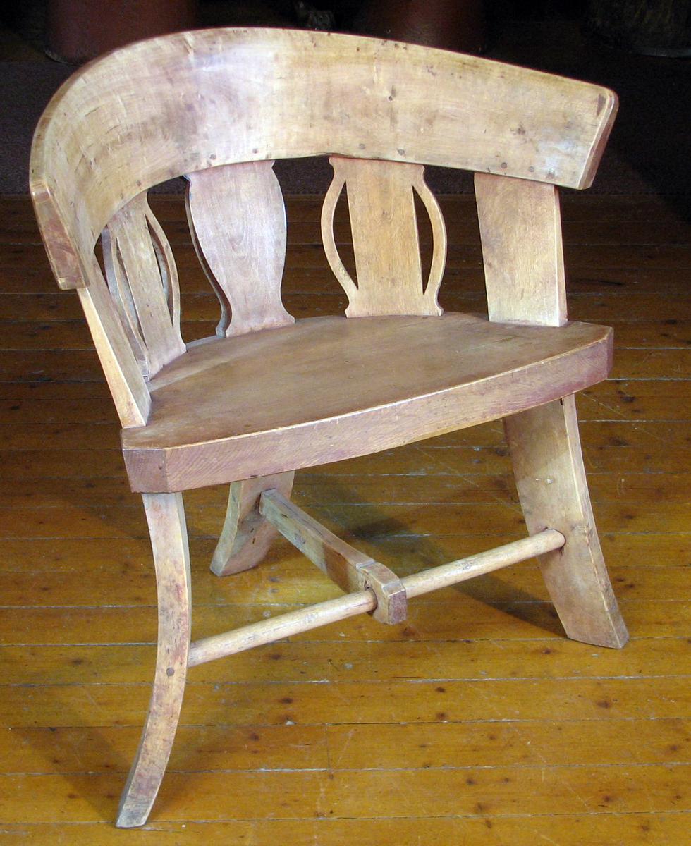 Form: 3 ben, halvoval seteform, omfattet av rygg m. 5  spiler og bredt toppstykke