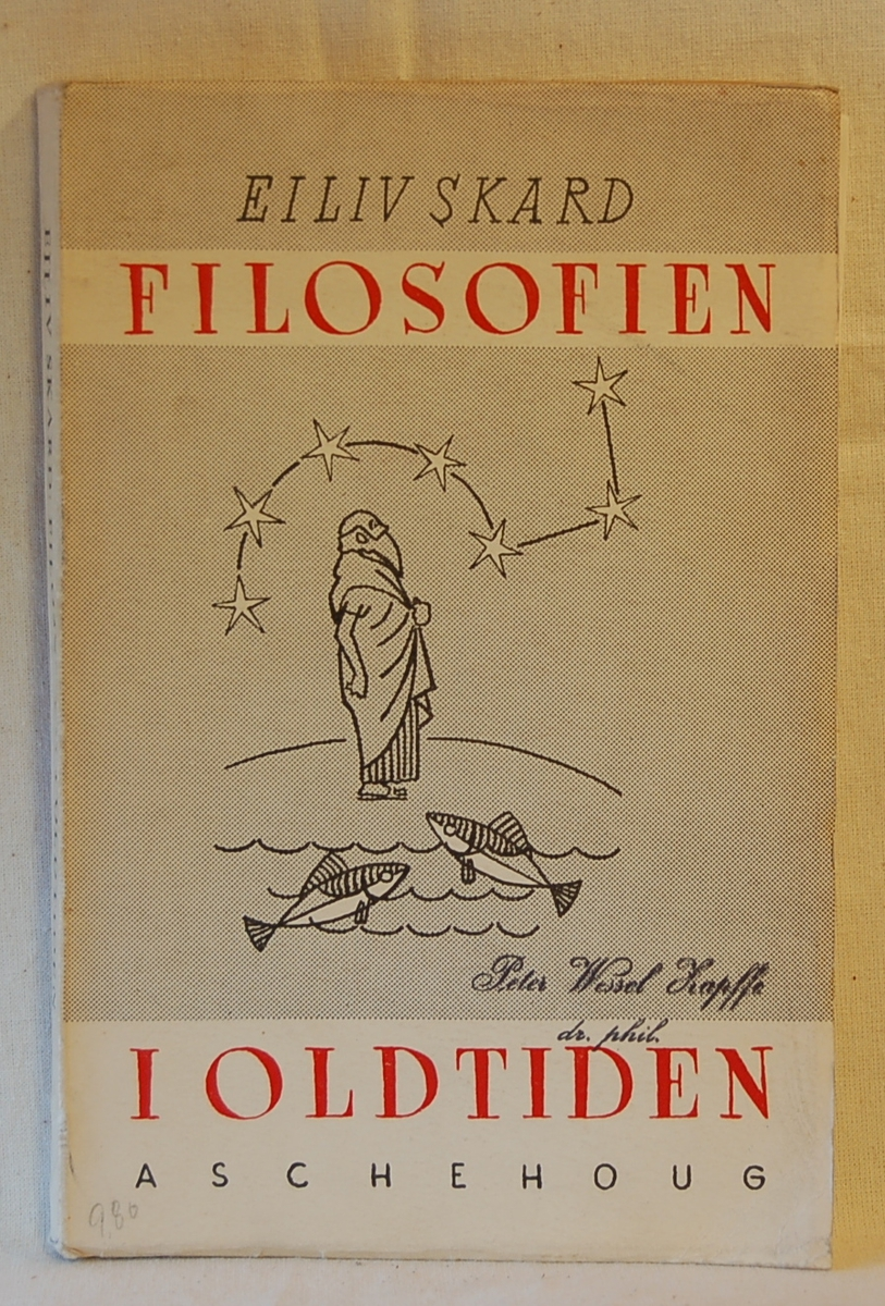 På bokens forside et motiv av en mann kledt i toga som ser på stjernetegnet Karlsvognen. Nedenfor mannen svømmer to fisk.
