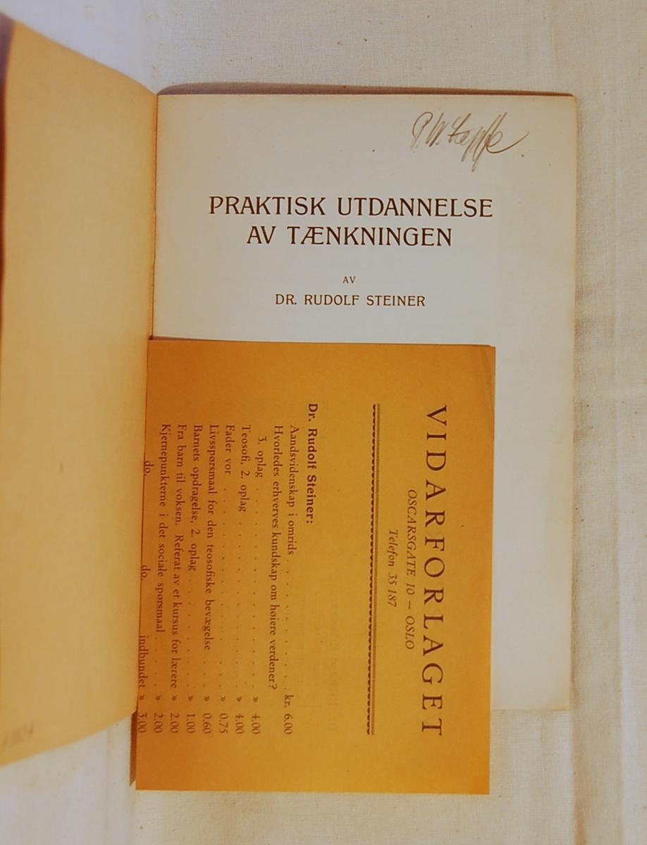 Filosofen Peter Wessel Zapffe og hans kone Berit testamenterte sin eiendom på Båstad i Asker til Universitetet i Oslo. Da det ble besluttet å selge eiendommen i 2009 ble deler av P.W. Zapffes arbeidsrom og andre eiendeler overlatt til Asker Museum. Denne samlingen inngår nå som en permanent utstilling på museet. Bok med gullig omslag. Det ligger en prisliste i boken.