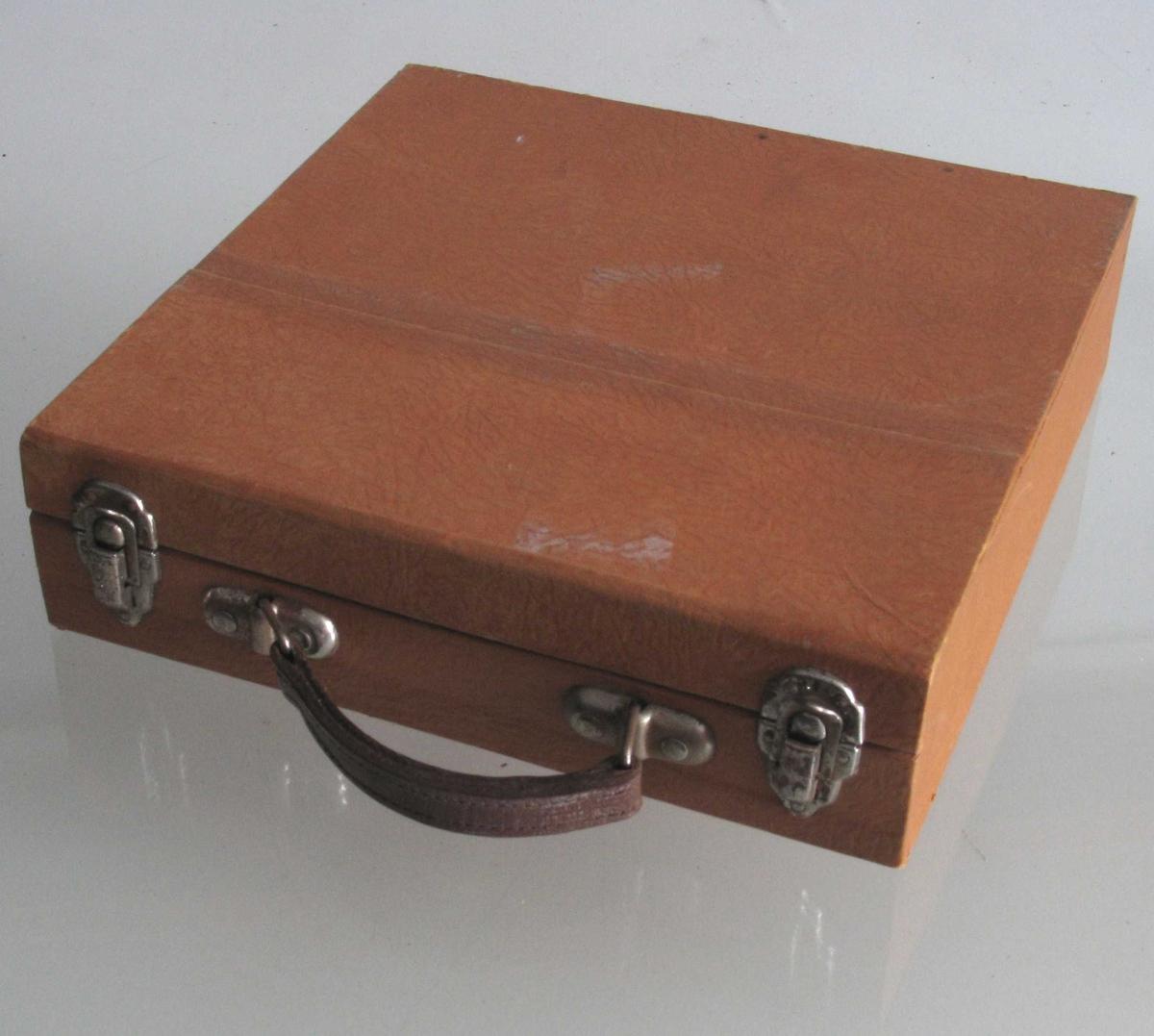 Liten koffert, inneholder 15 lydplater, tekstbok og hefte med ordliste + tekst til platene.