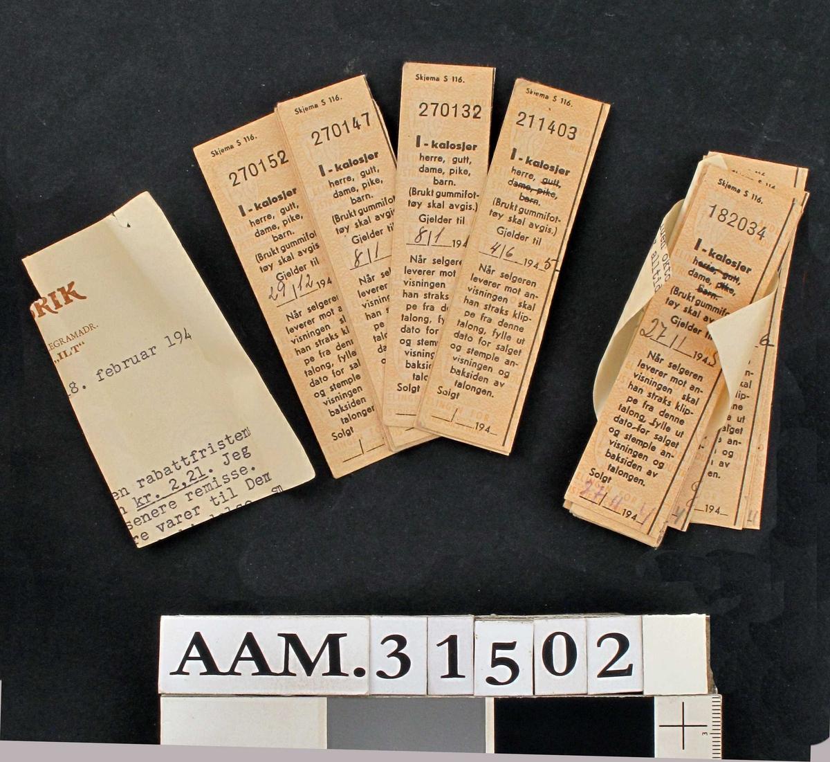 Rasjoneringsmerker for skotøy av forskjellig slag og med signaturer med forskjellige datoer.:  A - lærstøvler - 8 stykker B - Sjøstøvler - 9 stykker B - Arbeidsstøvler av gummi - 1 stykk D - Skinnskotøy - 70 stykker G - Sommer- gummifottøy - 34 stykker H - Tøfler - 53 stykker I - Kalosjer - 22 stykker J - Snøsokker for barn - 41 stykker J - Slagstøvler - 27 stykker Uten tekst - 4 stykker Bunke med strikk rundt - 40 stk assorterte Bunke med strikk rundt - 20 stk assorterte Bunke med strikk rundt - 15 stk assorterte Bunke med hyssing rundt - 15 stk assorterte  Må være innlevert i skotøybutikken fra kunder.