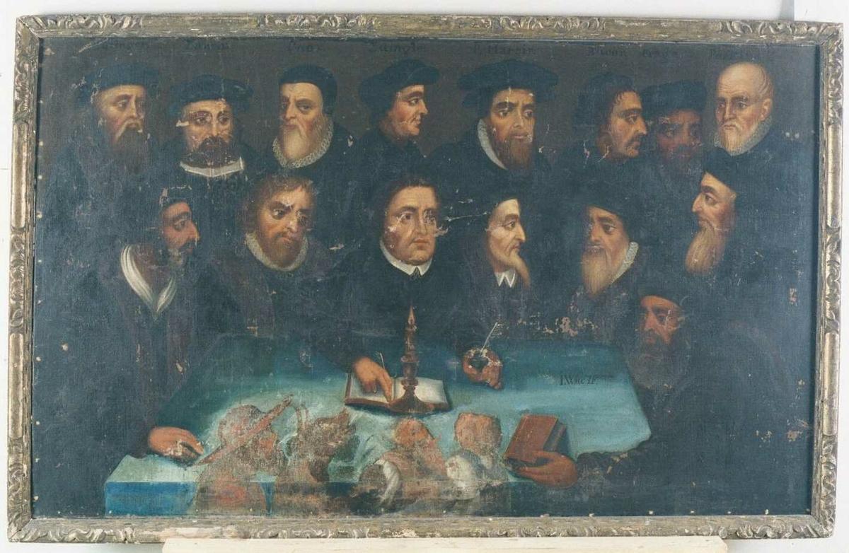 Gruppeportrett av Reformatorene. Samlet rundt Martin Luther sees 15 reformatorer, med et bord med hvit duk i forgrunnen. På bordet et brennende talglys i stake, samt bøker. På forsiden av bordet helt nede ved billedkanten sees  gjennom senere overmaling konturene av fra v. en  kardinal, djevelen med horn, som griper paven, og en munk, alle dvergaktig små, de prøver å blåse ut lyset på bordet.  Rundt bordet sitter fra v: Jan Hus, Philip Melanchton, Martin Luther, Calvin, Beza(?), og Whyeliff.  Stående bak disse sees hodene til: ?, Xanchi, Cnox, Zwingli, P. Martyr (?), Bucer, Prage, Perkins og ?  Navnene er påmalt ved hver person, men kan kun leses nu ved øvre billedkant, resten sees ikke lenger.