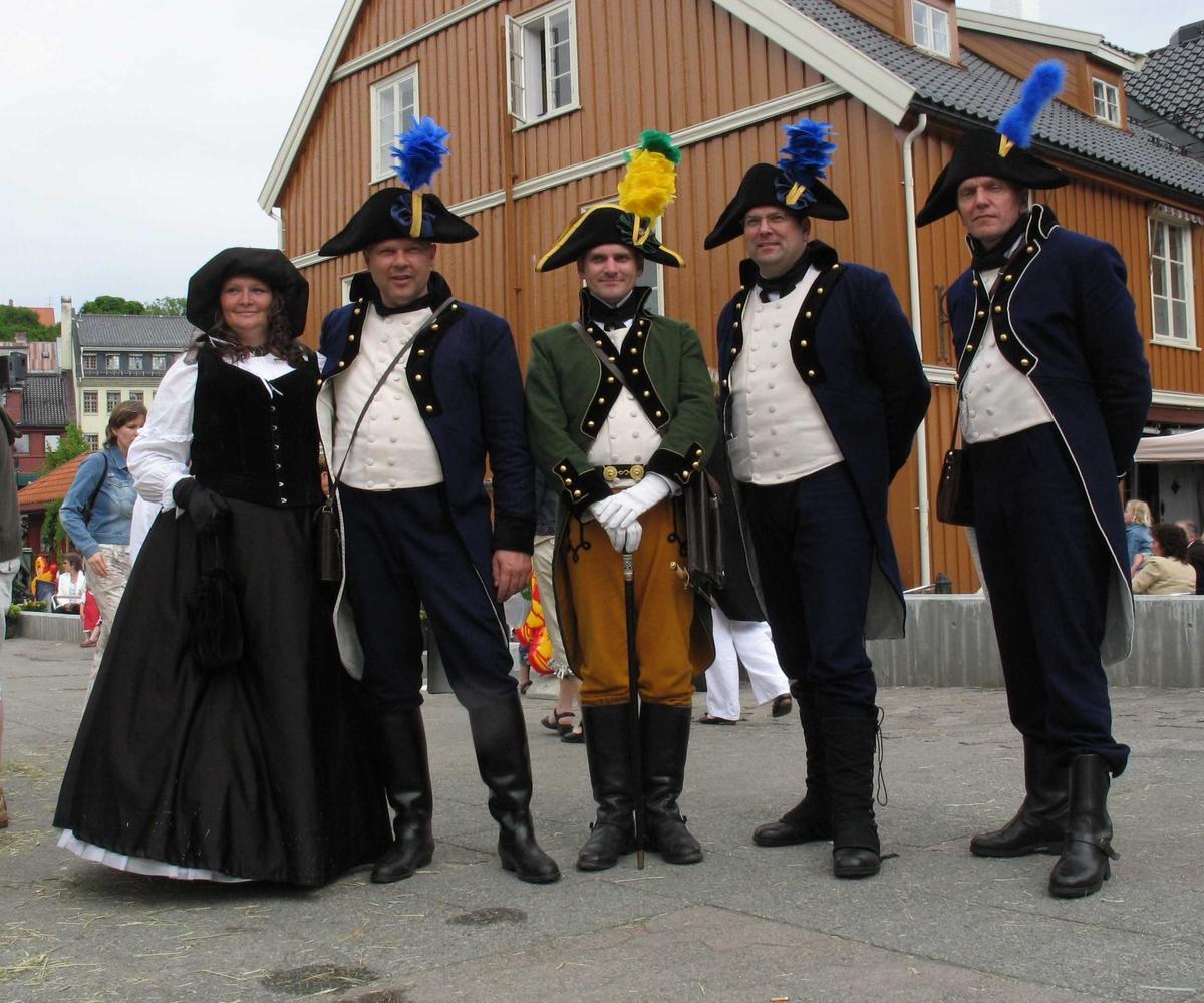Kjæmpestaden 2005. Arendal borgelige militære poserer for fotografen på Kanalplassen.Det gamle politikammeret i bakgrunnen.