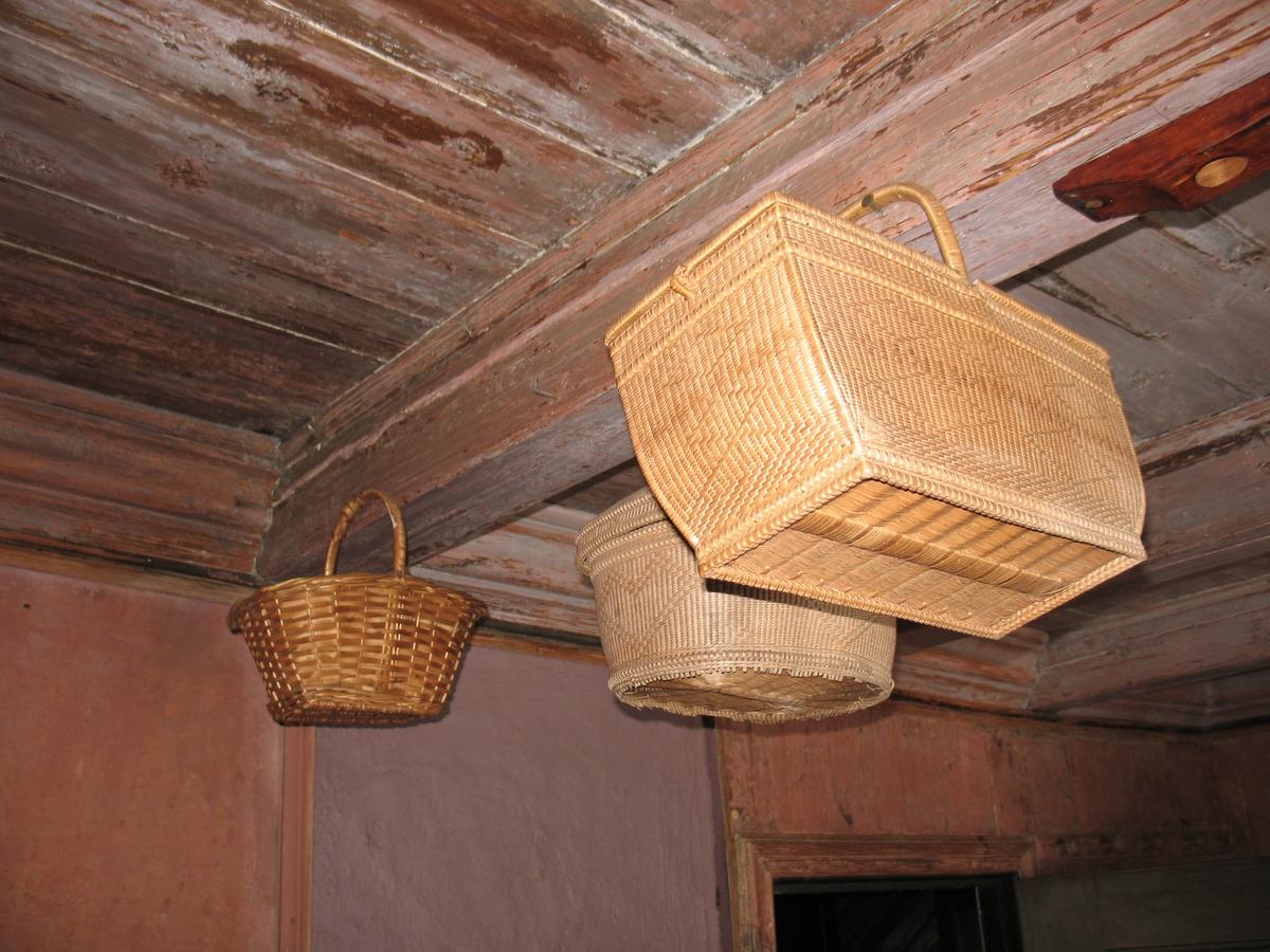 Merdøgaard. Interiør vevrommet. Kurver hengende under taket.