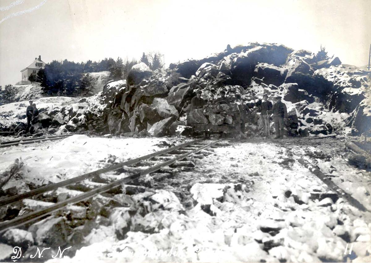 """""""03/12-1912"""" Nitriden. Utsprengning og planering av fabrikktomten. Smelteverkets direktørbolig på høyden til venstre. Skinnegang for traller for steintransport."""