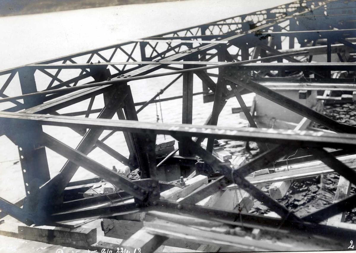 """""""22/04-1913"""" Nitriden. Detaljer av jernkonstruksjonene på kaianlegget ved Tromøysund."""
