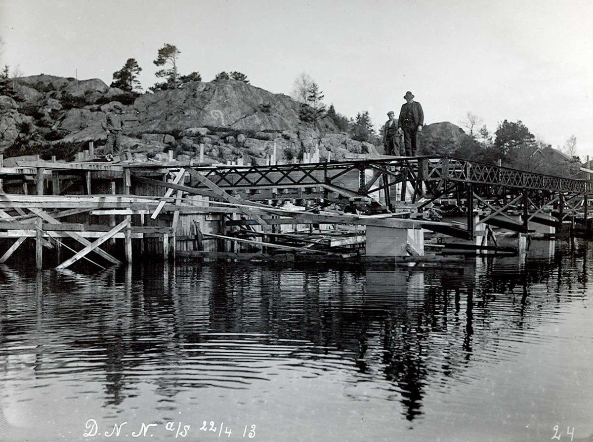"""""""22/04-1913"""" Nitriden. Bygging av kaianlegget i full gang. Jernkonstruksjoner og forskalinger. Tromøysund nærmest"""