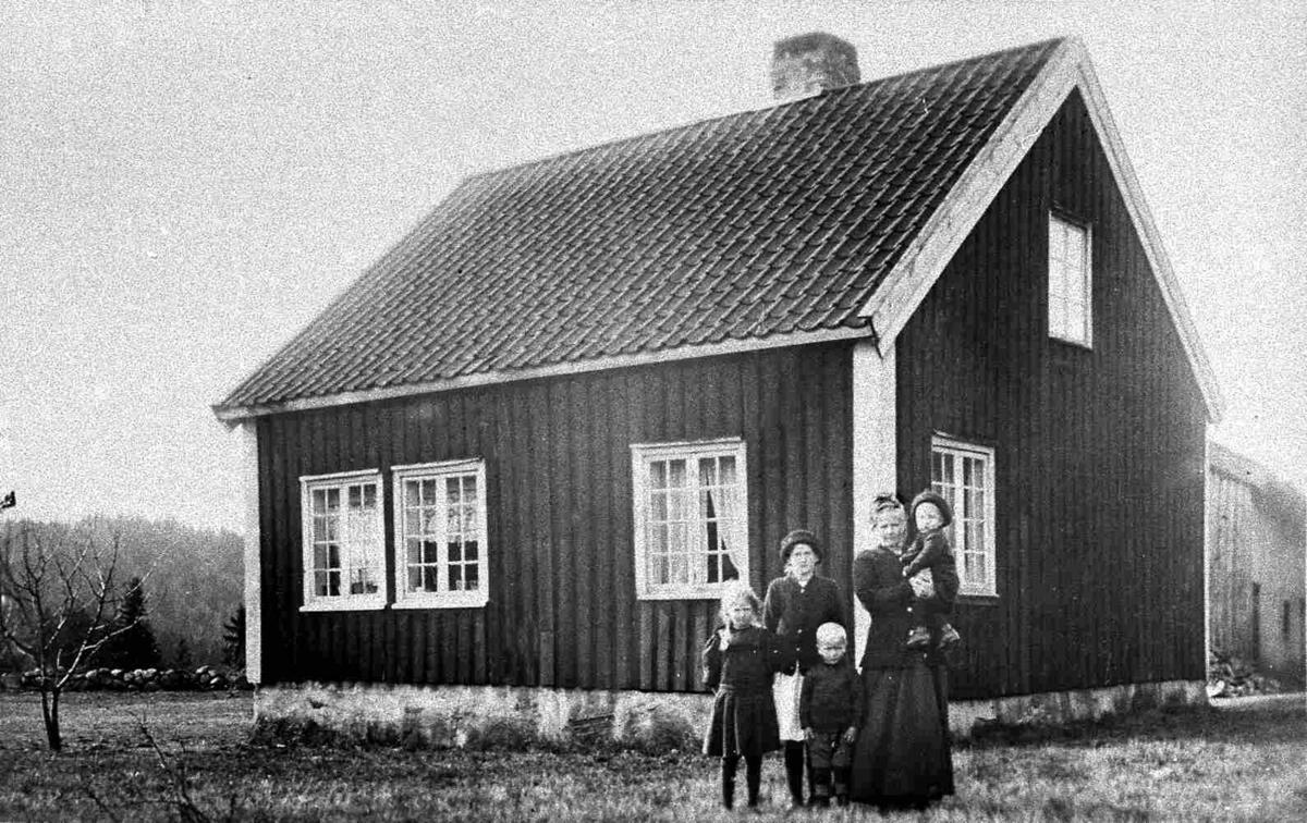 Bilder fra Birkenes kommune Tveide gården - folk foran