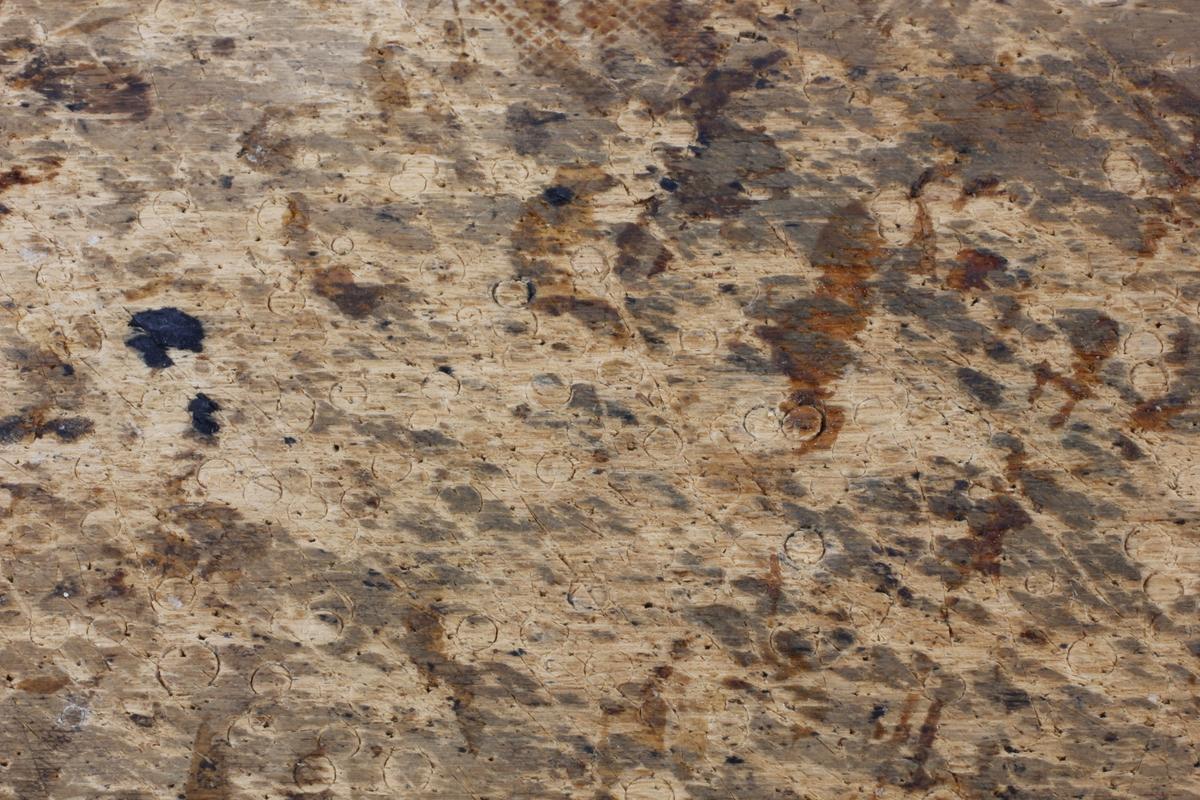 Treplate trolig brukt som underlag ved uthuling av noe. Brettet har dype merker etter et verktøy som etterlater seg sirkler. Skjærebrett for salmaker?