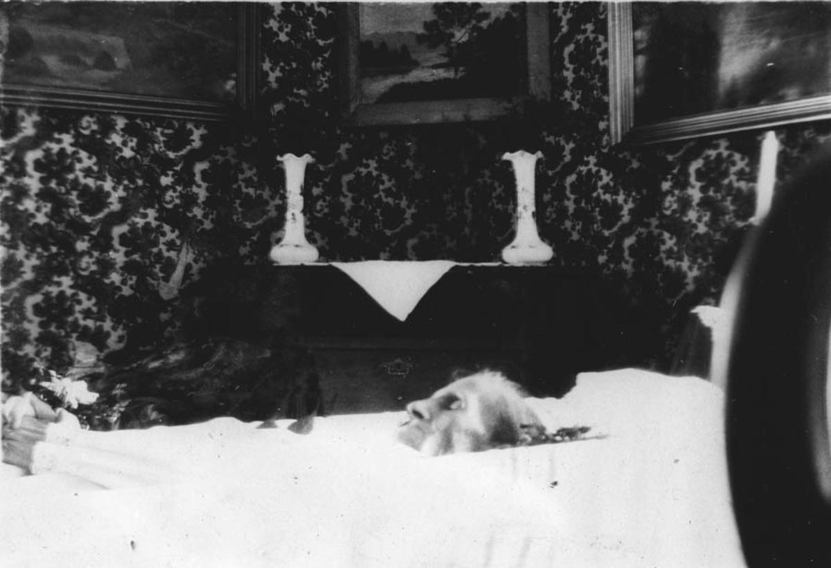Karen Ingeberg i kiste, i stua på Rustad.