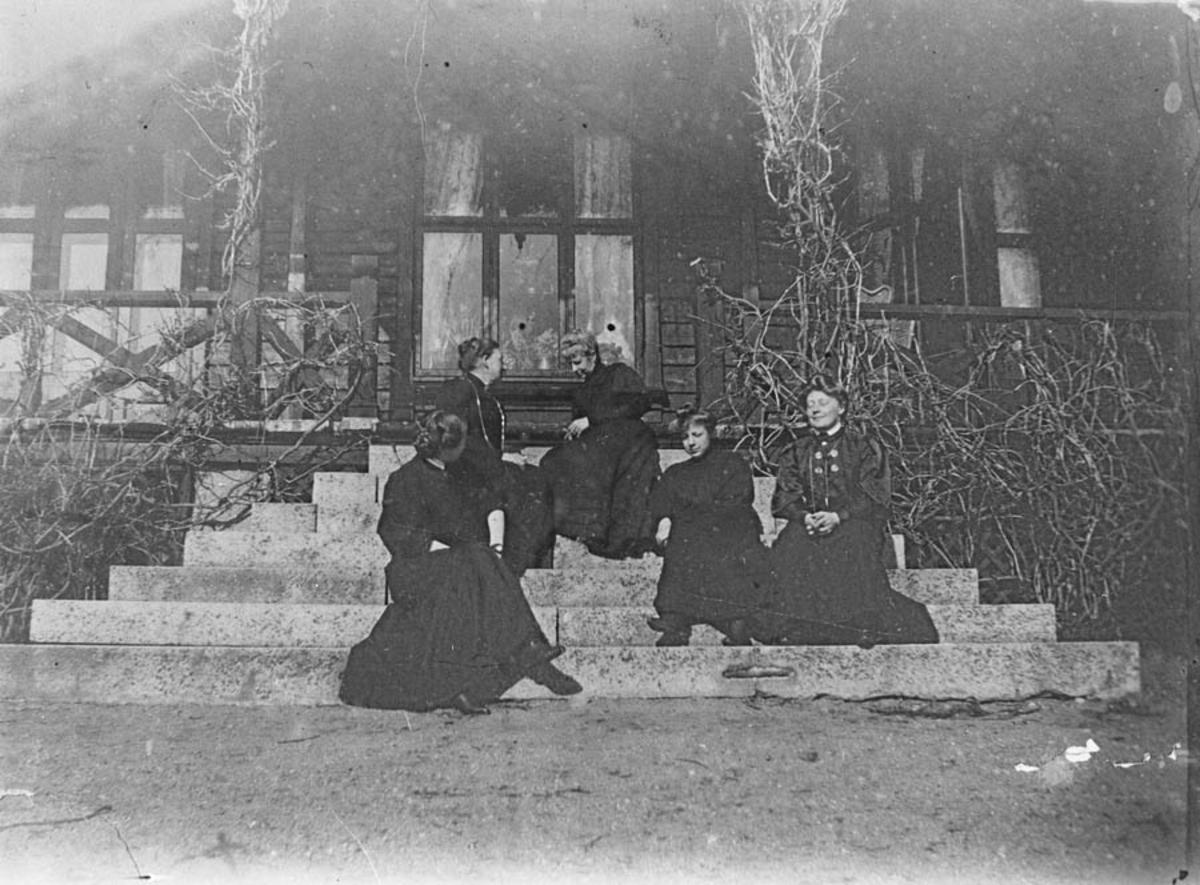 Fem kvinner fra fam. Klouman på havetrappen en vårdag i 1906.