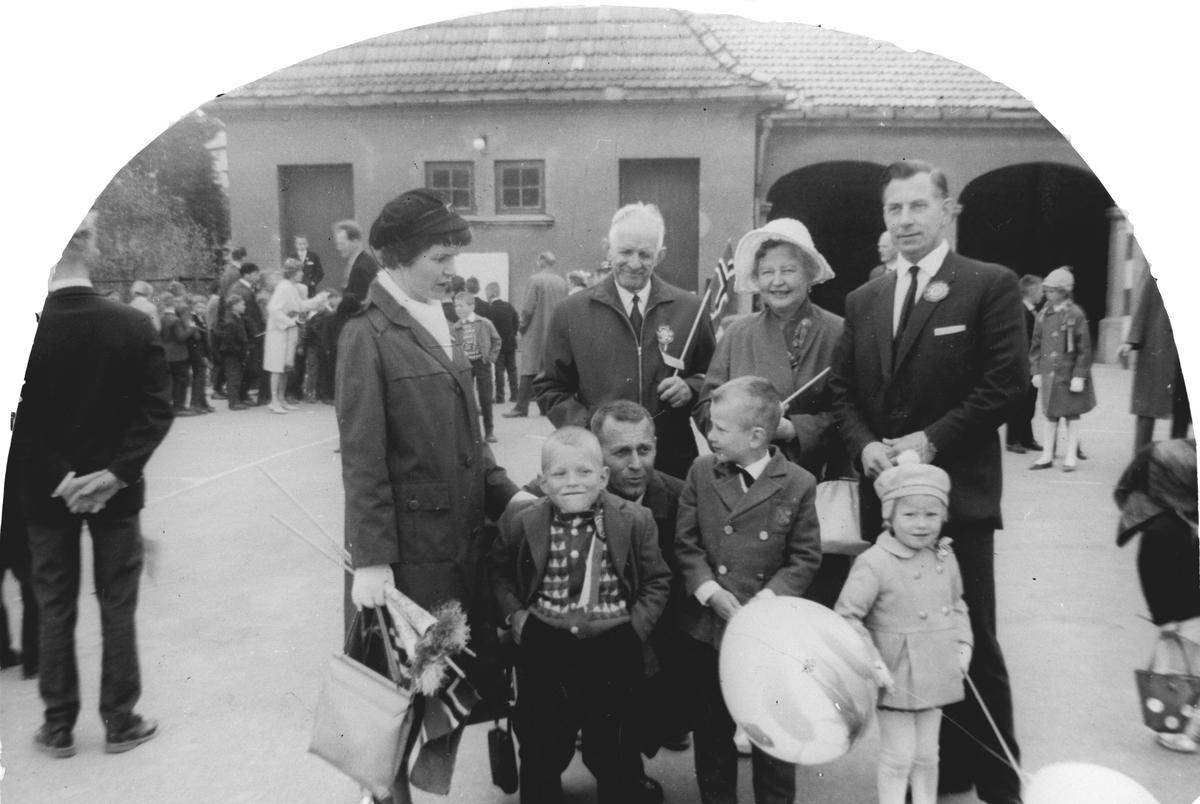 En gruppe forsamlet på skolegården 17. mai 1964.