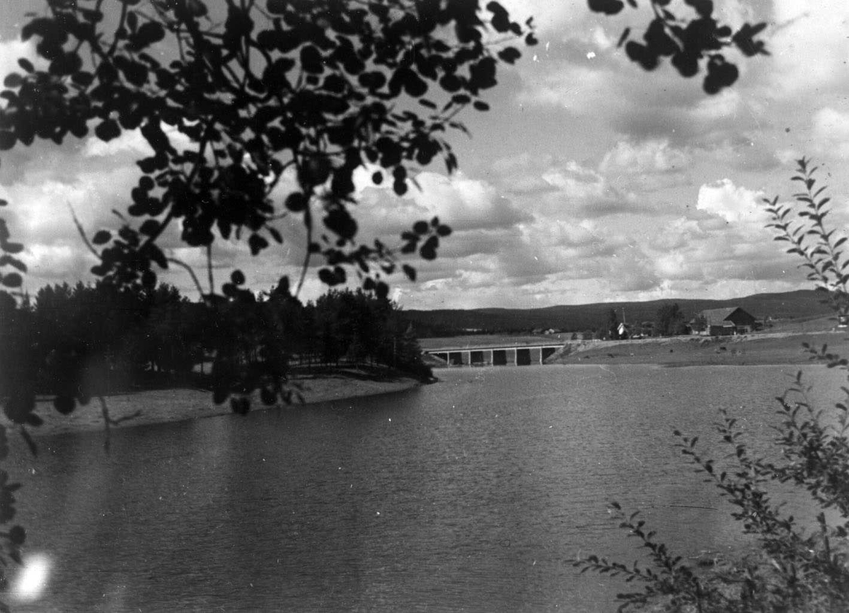 Kjellerholen. Broa og gården sett over elva fra øst.