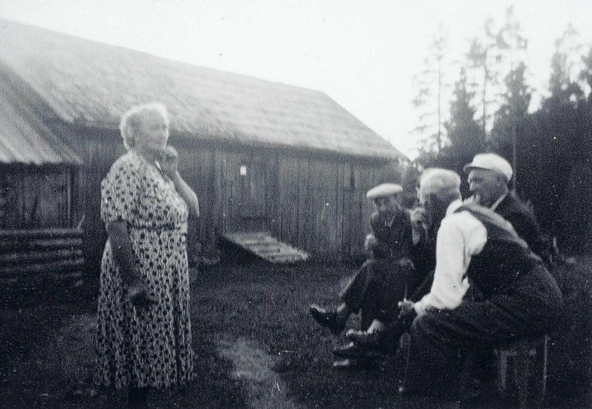 Gottenberg 1959, 4 menn og Dagmar Gottenberg i tunet.