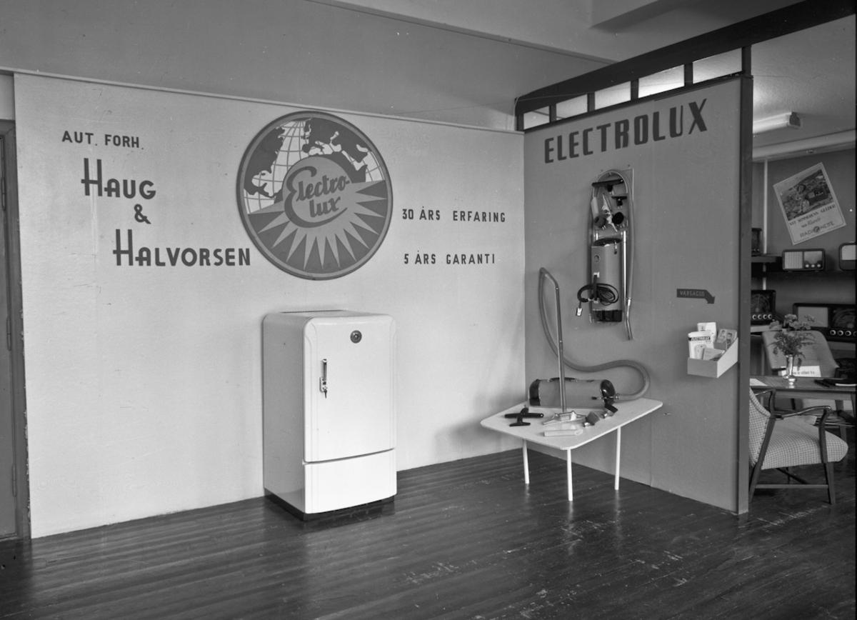 Fra bygdeutstillingen i 1955. Haug & Halvorsen, autorisert forhandler av ELECTROLUX (støvsuger og kjøleskap).