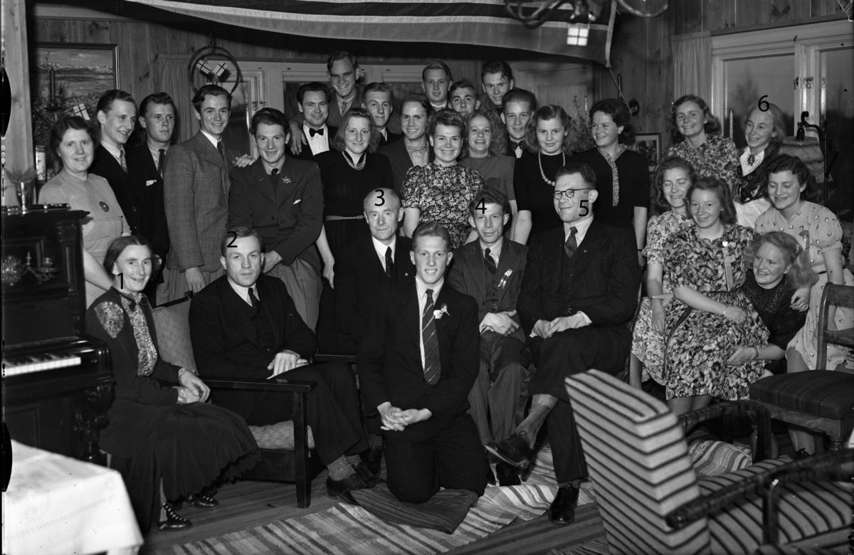 Elever og lærere ved Eidsvoll Landsgymnas. 1-fru Brakstad, 2-Bjarne Svare, 3-Brakstad, 4-Halland, 5-Kjell Rygh, 6-Margit Svare.