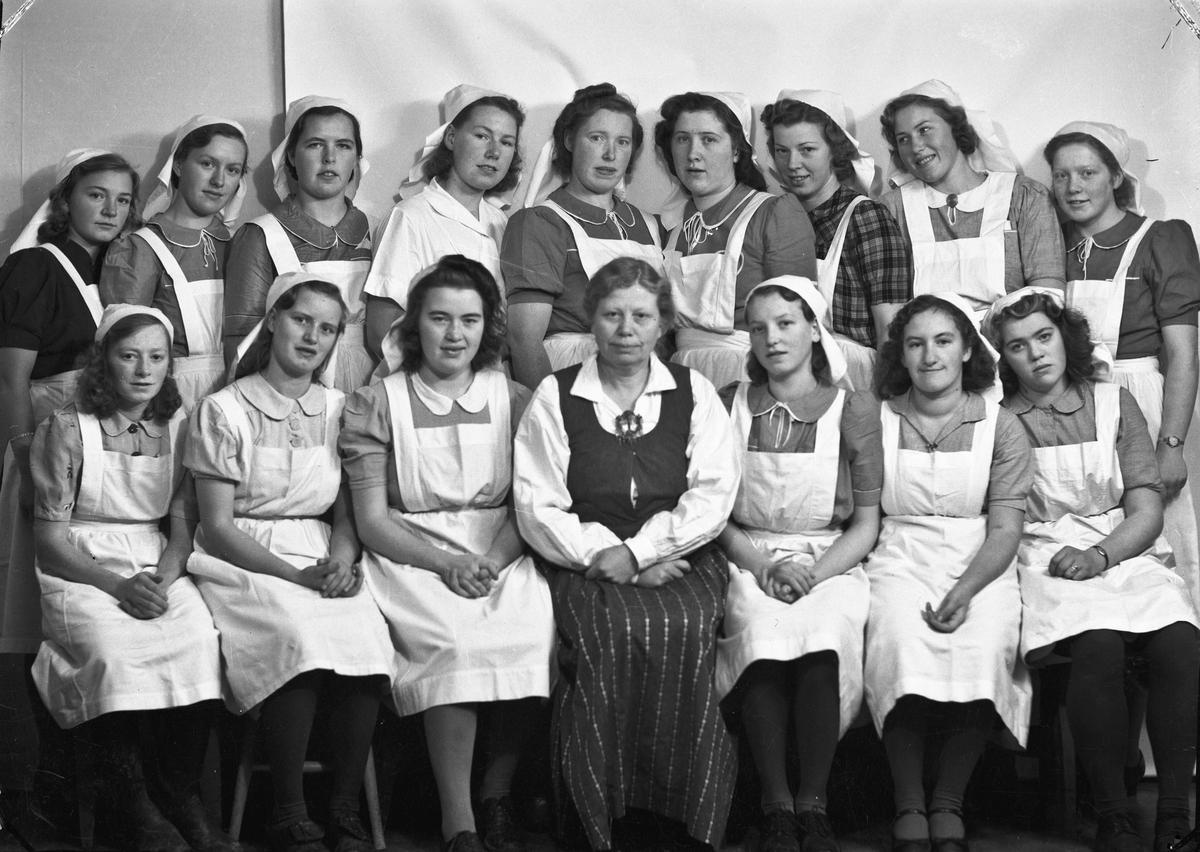 Fra Eidsvoll Kommunale Husmorskole. Bestyrer og lærer (1912-1950) Ingeborg Hilde i midten foran.