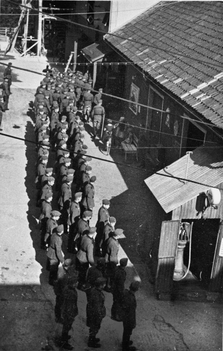 """Tyske soldater i """"ordnet kø"""" utenfor Panorama kino i Sundet."""