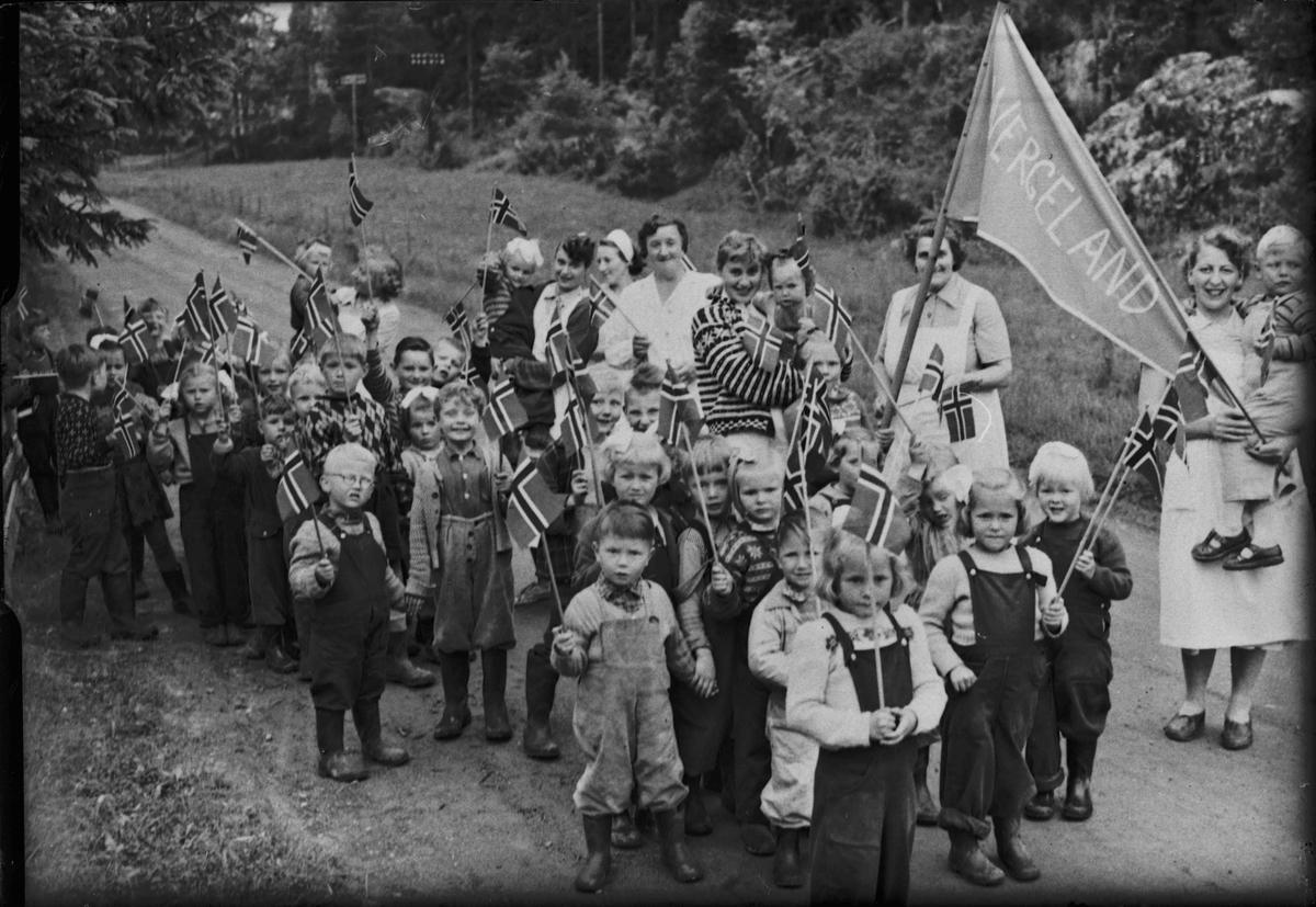"""Barnetog med """"Wergeland"""" på fanen"""