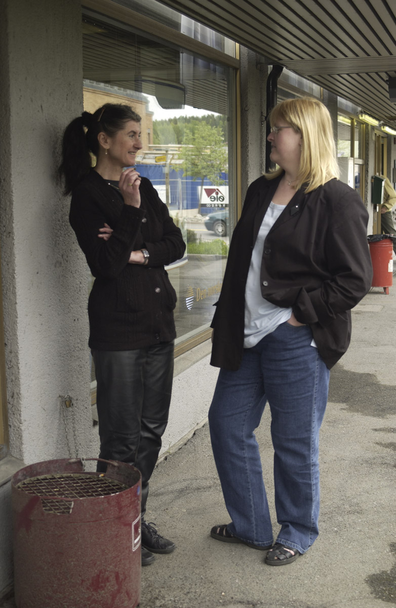 To  kvinner har røykepause utenfor DnB Den norske Bank, Strømsveien, Strømmen. De har datakurs i samme bygg.