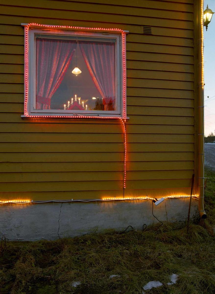 Julebelysning.  Fantastisk julebelysning på enebolig. Vindu er profilert med lysslange.