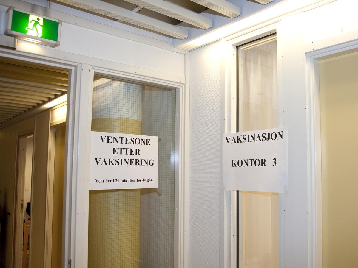 Svineinfluensa. Vaksinasjon mot svineinfluensa på Skedsmo Rådhus den 20.11.09.  Vaksinasjonsområde. Skilt på vaksinasjonskontor og skilt på venterom etter vaksineringen.
