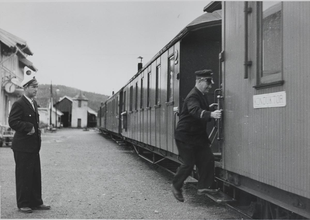 Tog retning Sørumsand har avgang fra Bjørkelangen stasjon. Siste tog, siste driftsdag.