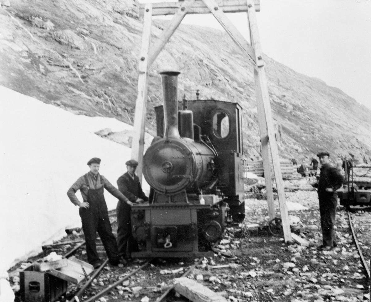 Aurabanens lokomotiv nr. 1 under montering.