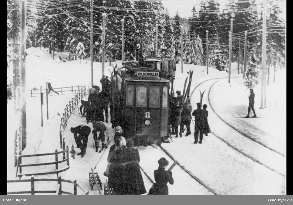 Ski og kjelker lastes av Holmenkollbanen. Vinter og snø