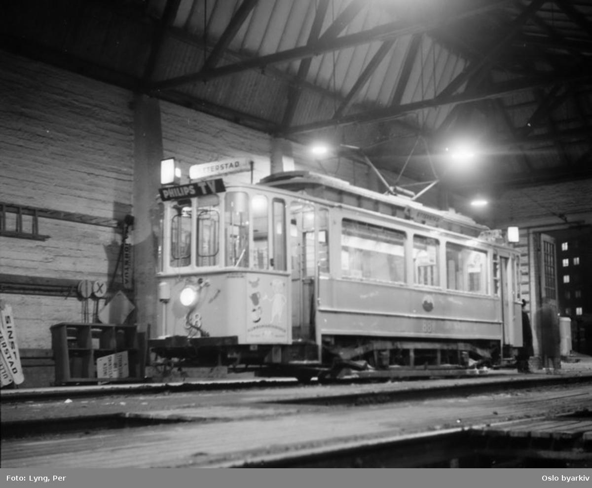 Oslo Sporveier. Trikk motorvogn 88 type SS inne i Vålerenga vognhall.