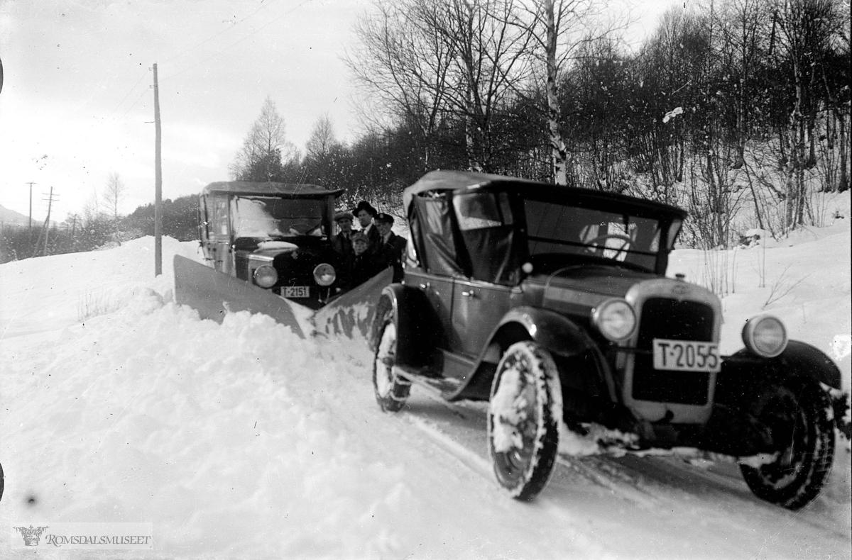 Snebrøyting..Bil med reg nr T-2055 og T-2151..Eier av T-2151 i 1939 Mathias Istad, Kleive..Eier av T-2055 i 1928-29 Stavanger smørfabrik, Molde og er en Chevrolet 1927-modell..1935 A.Evjen, Molde..1936 Paul Askevold, Misund.