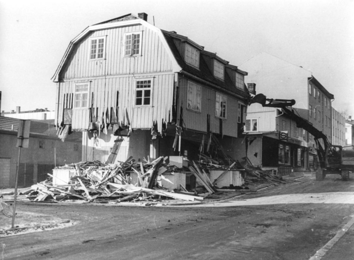 Riving av hus. 30.04.2014: Bildet er fra 1981. Skrevet av: J.P.Lj.Hoel
