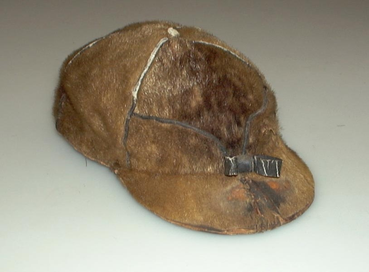Lua har klaffer til å slå ned. Den har grå skygge, over skyggen er sløyggen en sløyfe av lær. Den er bøtt på innsiden av skinnklaffen, og på skyggen. Lua er fòret. Den er brukt av Tøris Bredalen, også i senere år, bortimot 1960. Den var hans trofaste følgesvenn, og ble brukt i mange år på elgjakt.