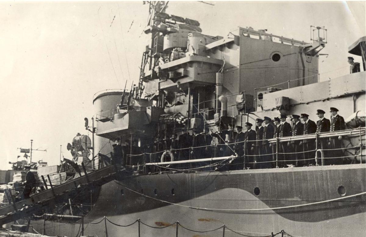 """Jageren """"Stord"""" blir overtatt av Den Norske Marine, 26.august 1943. Besetningen er oppstilt ved rellingen og avventer at kontreadm. E. Corneliussen skal komme om bord."""