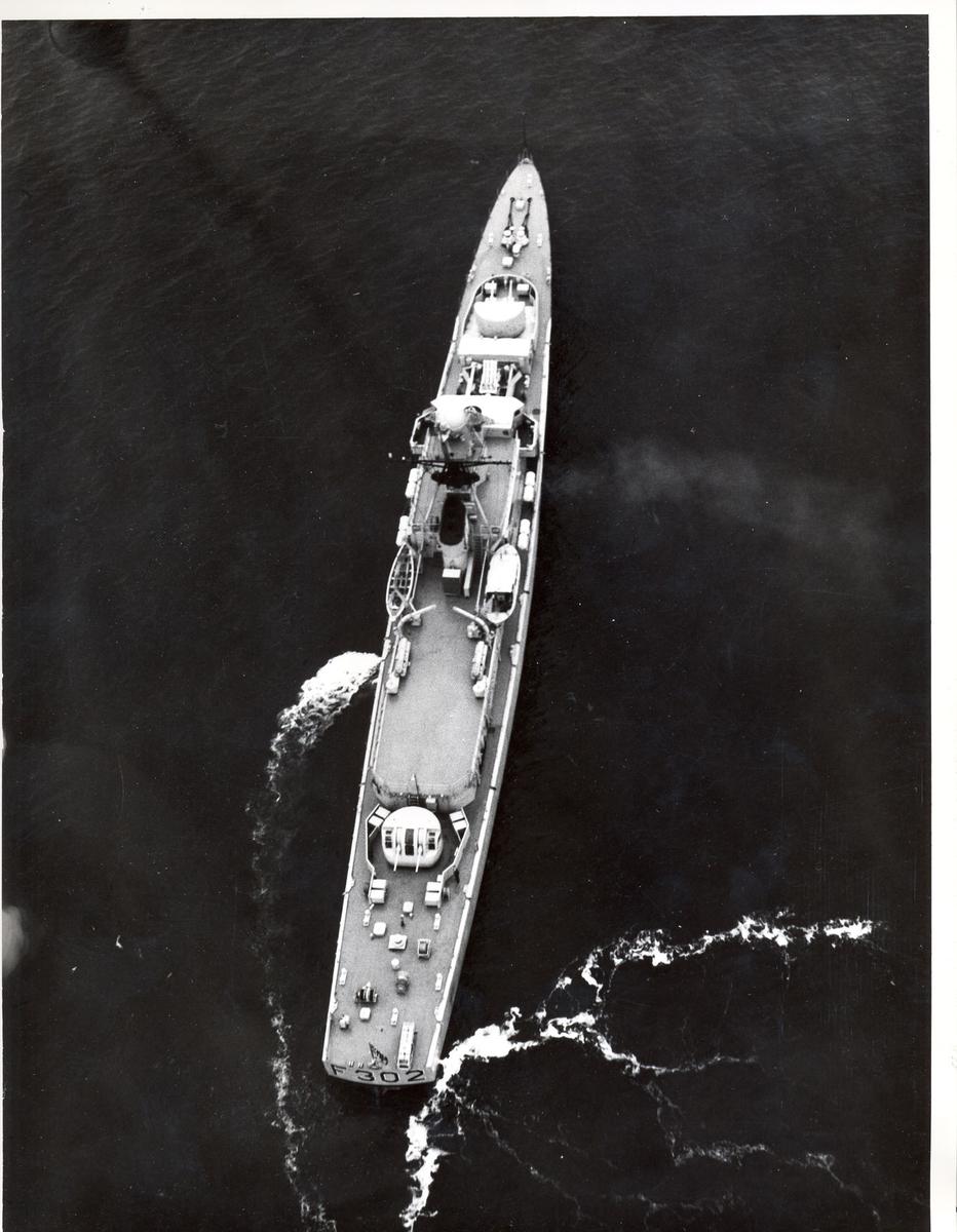"""Oslo-kl.- fregatt KNM """"Trondheim"""", luftfoto."""