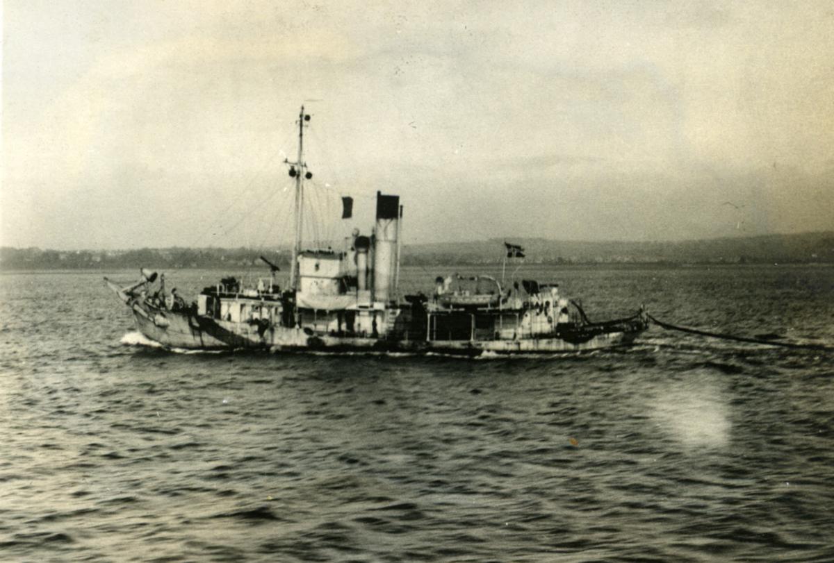 """Album Ubåtjager King Haakon VII 1942-1946 """"Hval V"""" som minesweeper."""