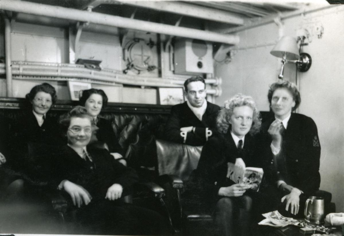 "Album Glaisdale H.Nor.M.S. ""Glaisdale"". Fotograf: Knutdzon. Offiser og ""wren"" ombord."