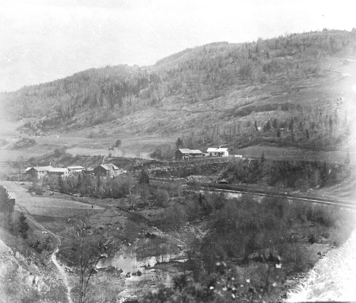 Berger sag, Lindsvea midt på bildet. Spikdalen, Djupdalen, Mauset. Furnes.