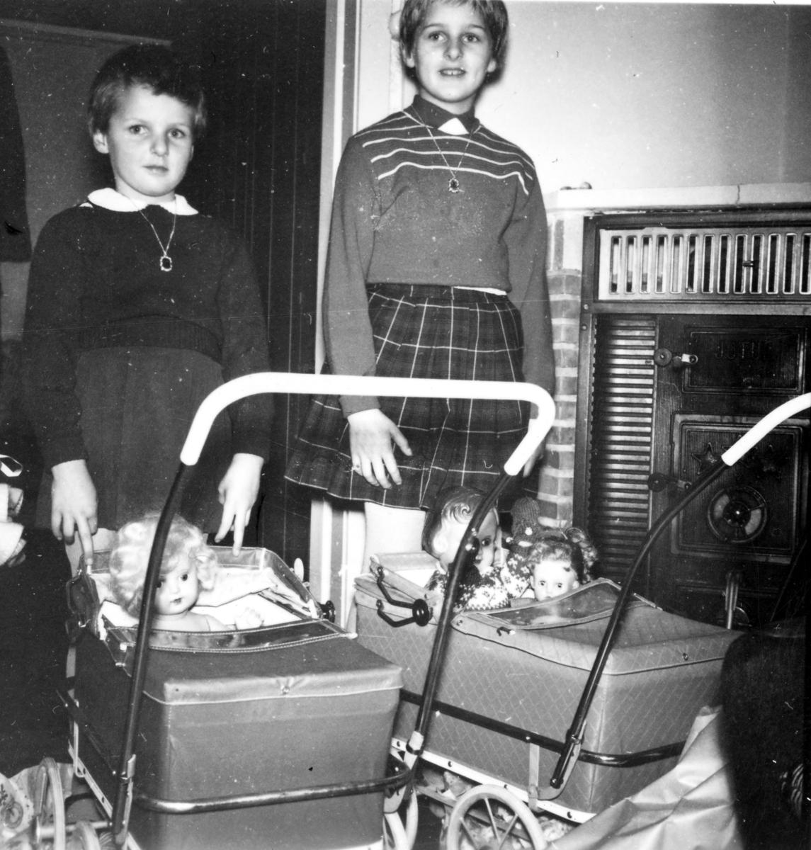 Barn med dukkevogn