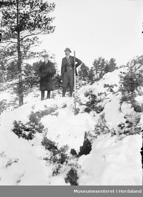 Velkledde menn i vinterlanskap