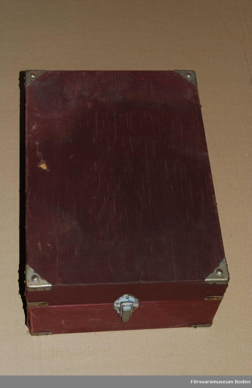 1940-tals grammofon med elektrisk pickup avsedd att kopplas t.ex. till grammofoningången på bordsradio. För nätanslutning, omkopplingsbar 110/220 Volt. S-märkt. Bakelitdosa med nålar medföljer.