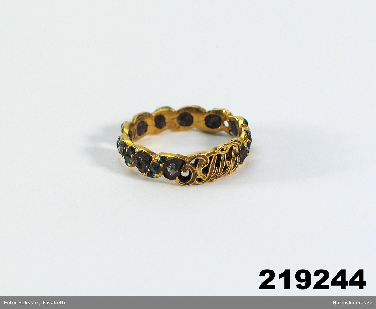 """Huvudliggaren (år 1939): """"219244 Fingerring, guld, genombruten ornamentering med insatta stenar; monogram STLL; D som 219241 [= 4/4 1933 från Statens Hist. Museum, Stockholm. Jämte 219148ff. Inv.nr 219237-259, 261-280 anträffade år 1900 vid sprängningsarbeten i Stadsgården i Stockholm, 'troligen ett tjuvbyte'.) Statens Hist. Museum 11174:1. Bil."""""""