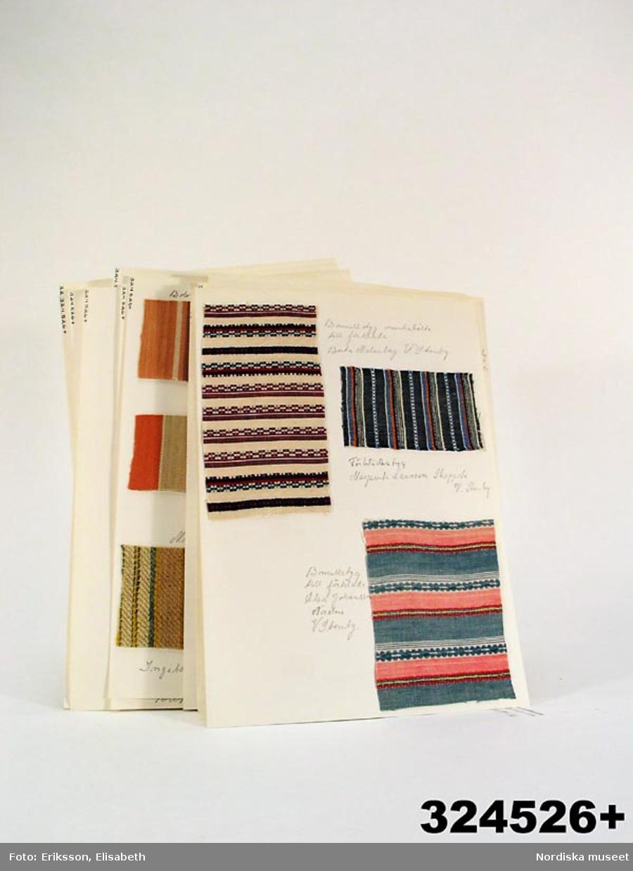 """En samling med 84 st tygprover och 54 bandprover från 1800-och 1900-talen, de flesta handvävda. Proverna är uppsatta på styvt papper, 17 ark,  med uppgift om vad de använts till och ibland med ursprung. 22 prover på bolstervar 8 prover på möbeltyg 34 prover på beklädnadstyger 3 vita drällprover 3 prov på sålldräll 2 prov på hålkrus 12 diverse prover. Proverna härrör från en textilinventering  1970 i Aska kommun, Östergötland, utförd i Aska hembygdscirkels och Aska Hushållsnämnders regi. Inventeringen låg till grund för boken: Bolstervarsrandningar och andra 1800-talsmönster från Aska i Östergötland, LT:s förlag 1975. Dessa prover är """"överblivet"""" material och alltså endast en liten del av det som inventerades. Se även nyvävda bearbetnignar av textilier funna vid inventeringen,  /Ingrid Frankow/, Berit Eldvik 2010-03-24"""