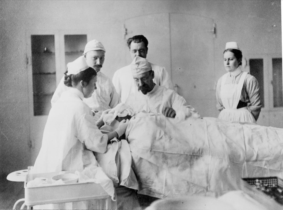 Professor Jacques Borelius utför en operation vid Lunds kirurgiska klinik.