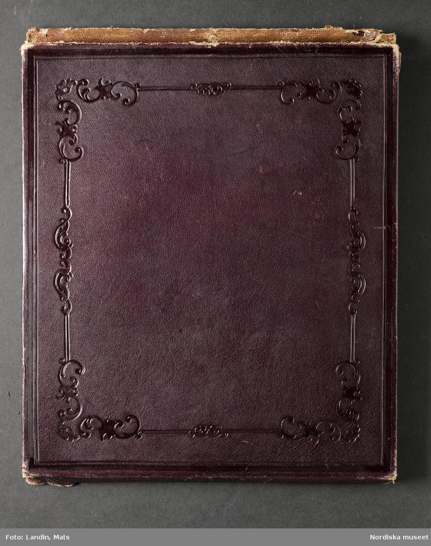 """Damporträtt, prinsessan Eugénie. """"Etui med fotografiporträtt, färglagt, framställer dam från 1860"""". Nordiska museet inv.nr 121926."""