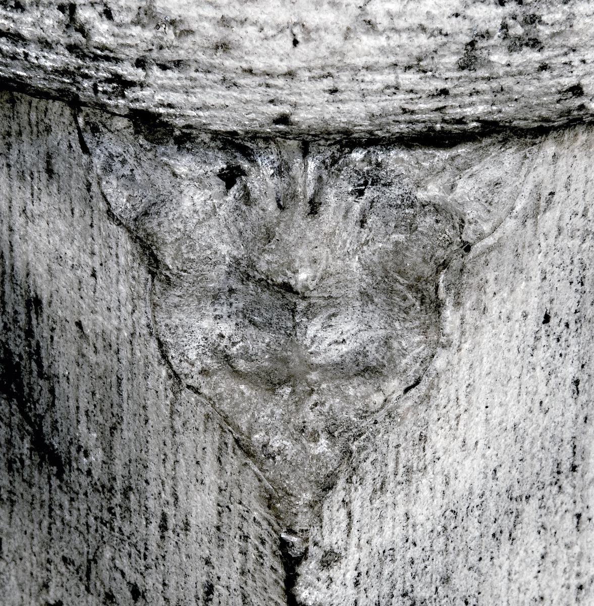 Pelare A13. Treflikigt hörnblad av B-typ åt sydväst, Uppsala domkyrka, Uppsala 2008