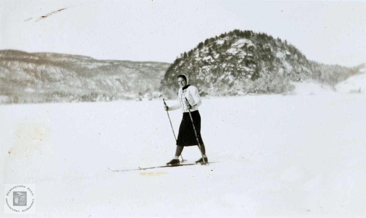 Anne Thommassen på ski på Øydnavannet i Audnedal.