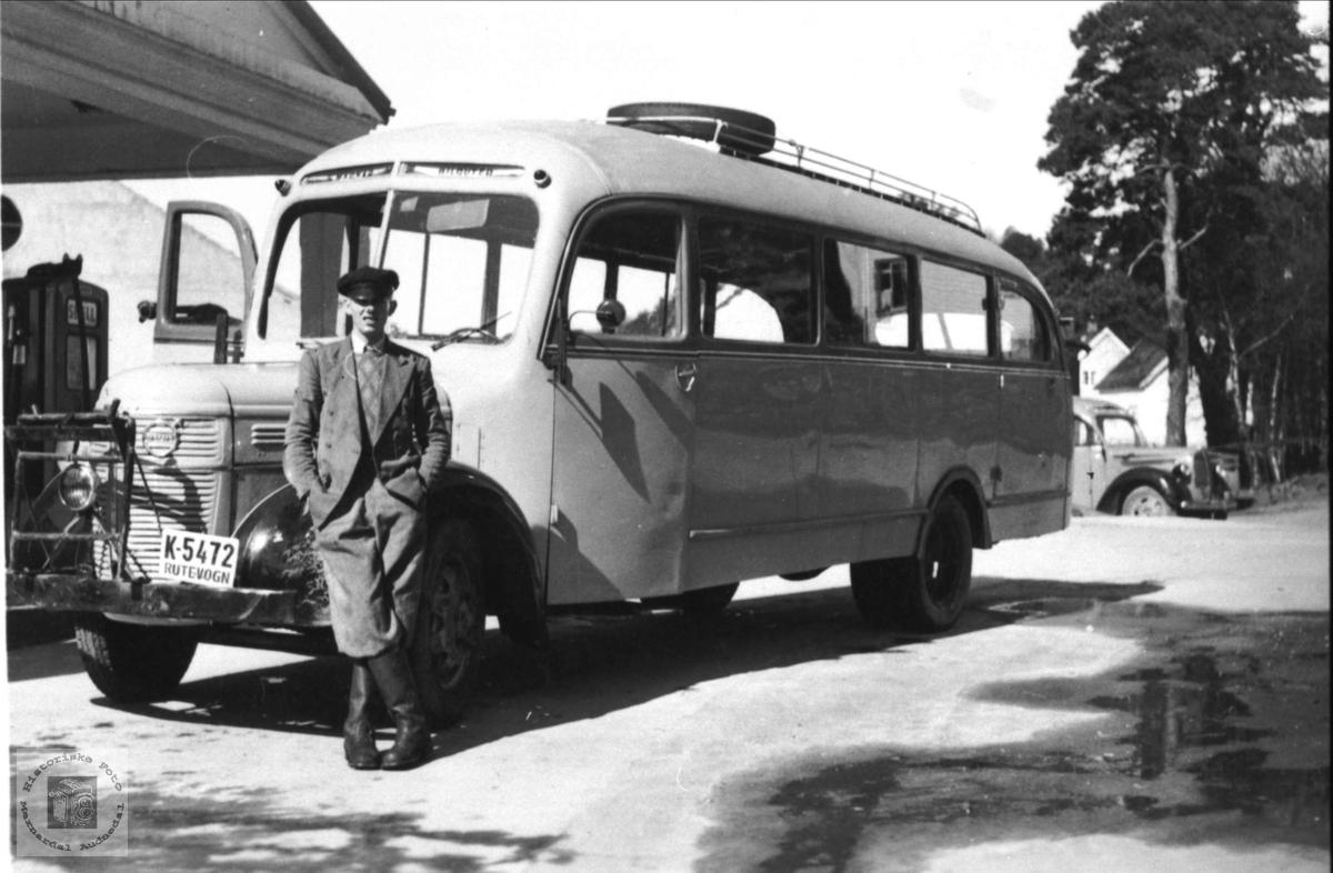 Ola Sigurdson Foss med bussen i Mandal. Om kjøretøyet: K-5472 var en Volvo personbuss, 1946-modell, som ble kjøpt ny av Marnar Bilruter. Dette selskapet gikk i 1951 sammen med flere lokale rutebilselskaper og dannet Sørlandsruta. Bussen gikk derfor for Sørlandsruta fra 1951.  K-5472 var en Volvo personbuss, 1946-modell, som ble kjøpt ny av Marnar Bilruter. Dette selskapet gikk i 1951 sammen med flere lokale rutebilselskaper og dannet Sørlandsruta. Bussen gikk derfor for Sørlandsruta fra 1951.