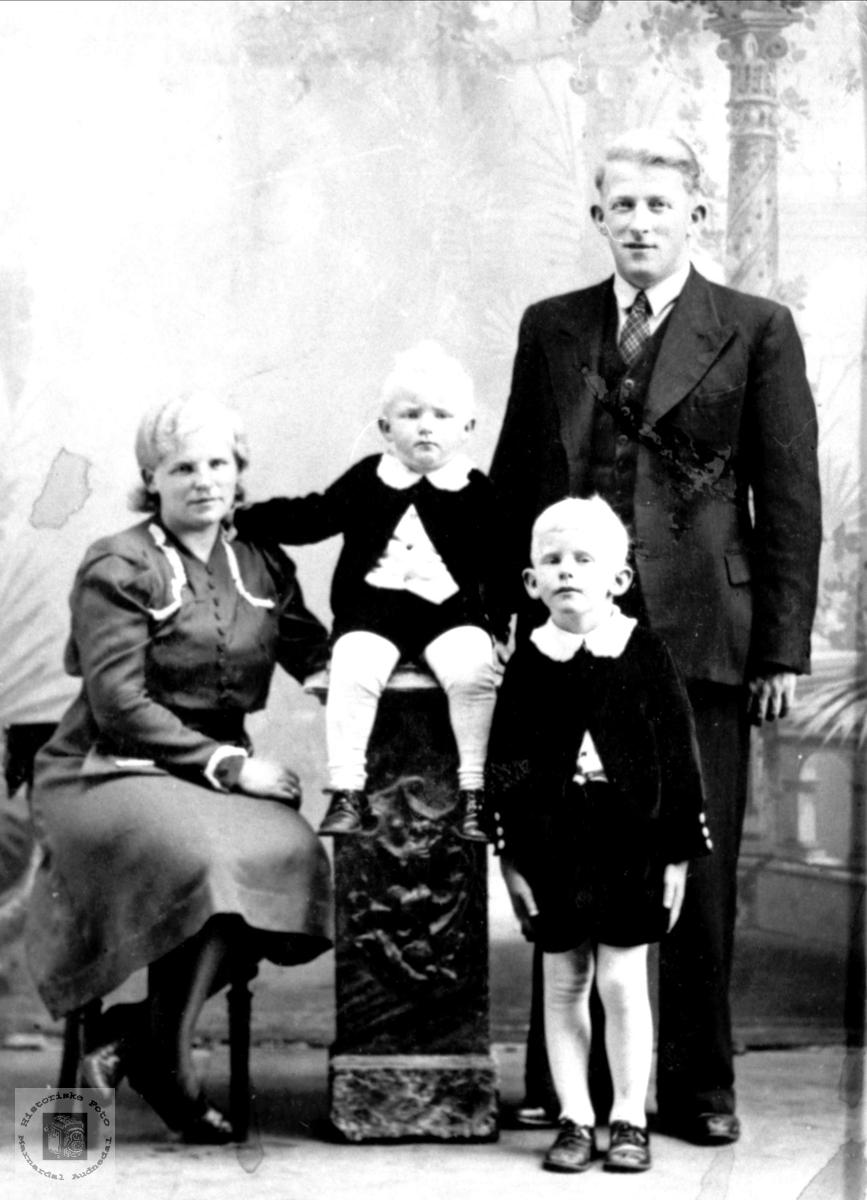Familieportrett av familien Skeibrok.